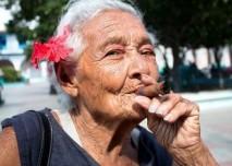 domorodá babička kouří doutník