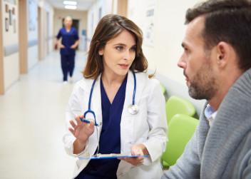 lekar_pacient_diagnosa_muz_zena_chodba_nemocnice