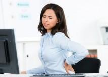 bolest zad žena v kanceláři