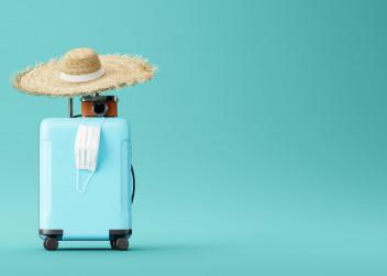 Kufr na dovolenou se slamákem a rouškou
