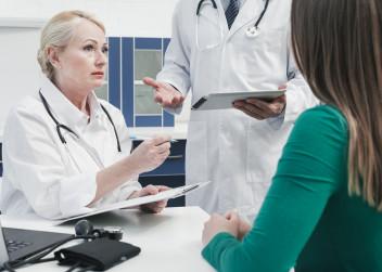 Žena v ambulanci mluví s lékařkou