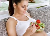 těhotná žena jí salát