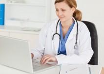 mladá lékařka zapisující do pc