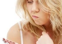 blondýnka, antikoncepce, pilulky, přemýšlení, rozvaha