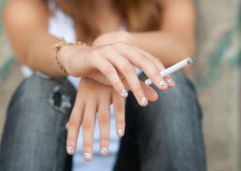 cigareta_koureni_zena_kour_ruce