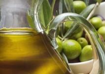 olivový olej a zelné olivy