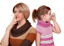 žena kouří a dítě z toho má astma