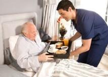 ležící pacient krmen synem