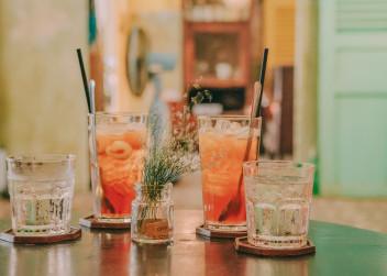 Čtyři sklenice s pitím.