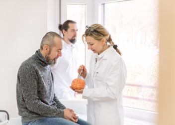 muz_pacient_skleroza_mozek_lekar