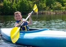 kluk v kajaku na vodě