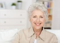 starší paní se usmívá