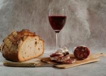 sklenka vína, chléb a uzenina