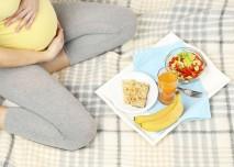 těhotná žena se zdravou snídaní