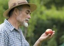 Muž s jablkem