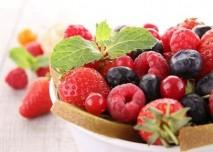 lesní plody na talíři (maliny, borůvky, jahody)