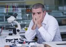 Vědec,únava,mikroskop,práce,výzkum