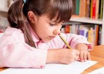 dítě ve škole píše