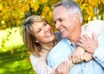 podzimní příroda a pár šťastných seniorů