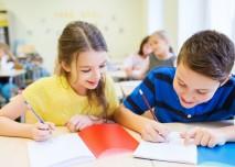 děti ve škole píšou úkol
