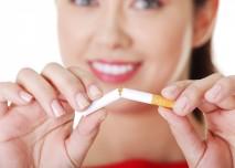 žena láme cigaretu