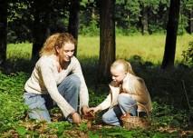 maminka s dcerou sbírají houby