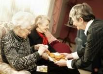 senioři si berou nabížené sušenky