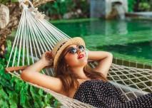 žena relaxuje v houpací síti