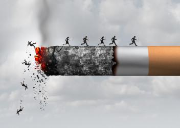 Hořící cigareta a odpadající lidé