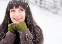 Smějící se slečna na sněhu