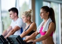 lidé ve fitnes