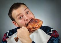 muž si cpe do pusy obří krůtí stehno