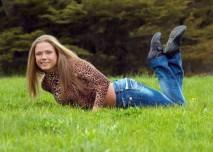 žena v trávě