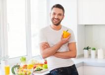 muž s paprikou v kuchyni