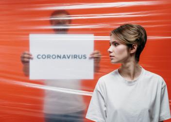 Nápis koronavirus a žena a muž