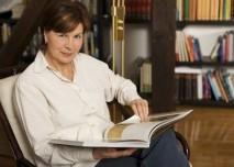 Seniorka s knihou