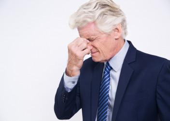 Starší muž s únavou zraku