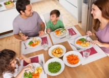 rodina u jídla
