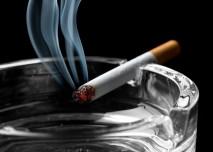 kouřící cigareta odložená na popelníku