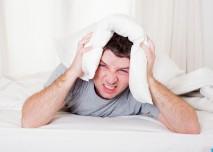 muz,lezi,postel,polstar,bolest,hlava