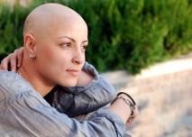 mladá žena po chemoterapii