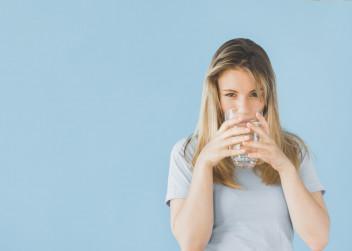 Žena pijící vodu
