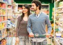 zamilovaný manželsnký pár nakupuje potraviny