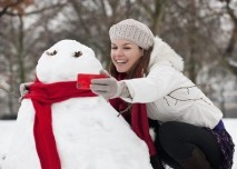 Dívka se fotí se sněhulákem