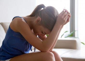 Sedící žena v depresi