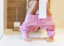 žena v růžovém pyžamu na záchodě