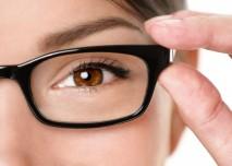 oko kouká skrz brýle