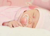 miminko s dudlíkem spící