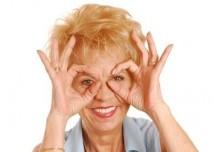 žena brejlí, prsty kolem očí