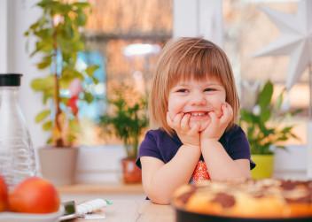 Malá holčička se směje
